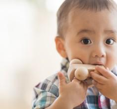 【ママ必見!】赤ちゃんがおもちゃを舐める行為はやめさせなくて良い!?過度に消毒をしすぎなくて良い理由とは?